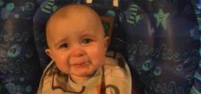 Em bé 10 tháng tuổi khóc nức nở khi nghe mẹ hát