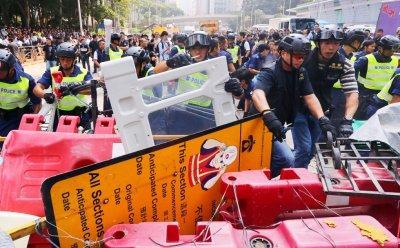 3.000 cảnh sát chuẩn bị giải tán biểu tình, sinh viên kiên quyết không rút lui