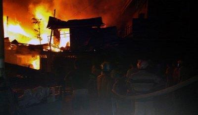 Cháy lớn: 12 căn nhà thị trấn Thới Bình bị thiêu rụi hoàn toàn
