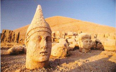Ngọn núi kỳ quái với những tượng thần bị chặt đầu