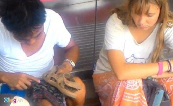 Hai đối tượng đánh giày giá cắt cổ cho khách Tây đã bị triệu tập
