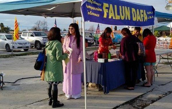Giới thiệu Pháp Luân Công cho cộng đồng người Việt ở Sacramento, California nhân dịp Tết Nguyên Đán