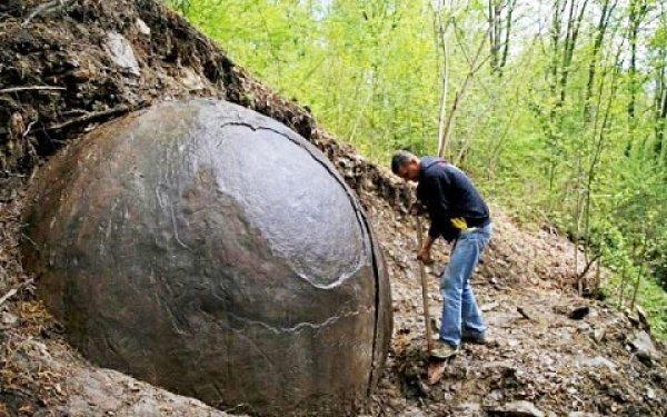 Phát hiện quả cầu khổng lồ có hình dạng giống phi thuyền không gian