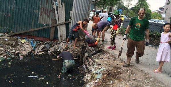 """""""3 chàng tây ngự lâm"""" vớt rác dưới kênh thối khiến nhiều người Việt xấu hổ"""