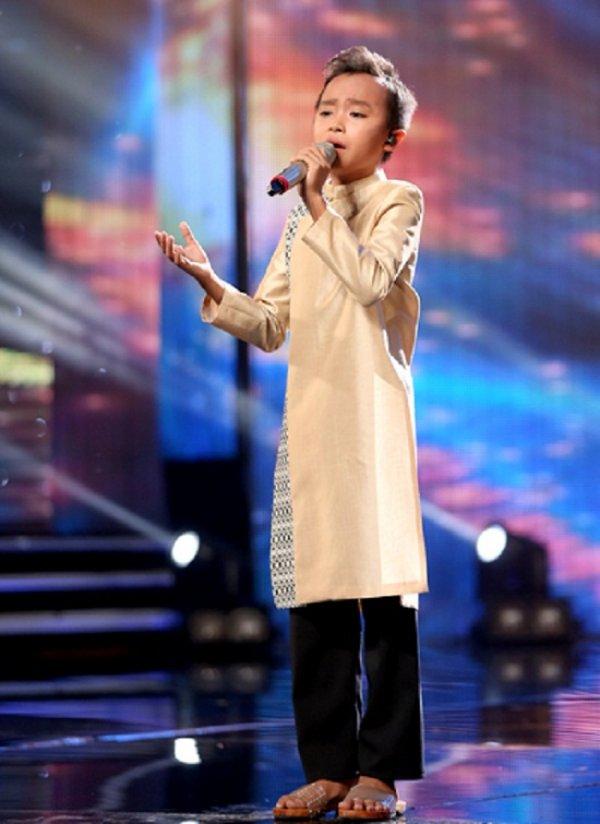 Cậu bé nghèo Tiền Giang hát vọng cổ thu hút khán giả