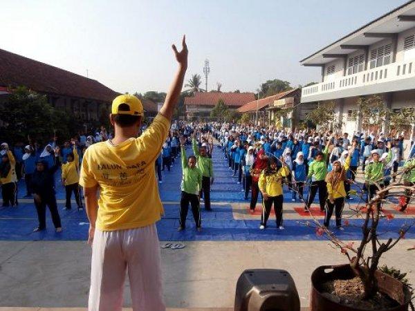 Hơn 800 giáo viên và học sinh luyện Pháp Luân Công ở Indonesia