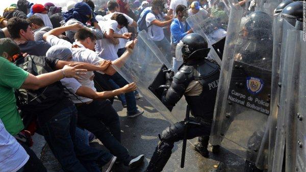Khủng hoảng kinh tế Venezuela: Thiếu thức ăn, dân tràn vào siêu thị cướp bóc