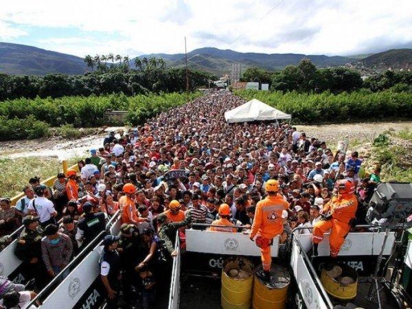 Đói, người dân Venezuela ùn ùn tràn qua biên giới sang Colombia
