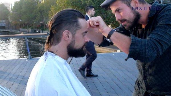 """Chàng thợ cắt tóc và câu chuyện """"cho đi không mong chờ báo đáp"""""""