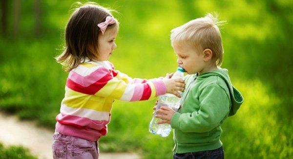 Đây là lý do tại sao bạn nên dạy trẻ biết sẻ chia