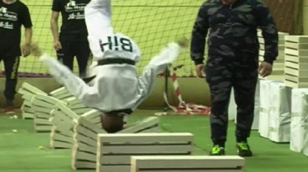 Thiếu niên 16 tuổi dùng đầu trần đập vỡ 111 tấm bê tông, lập kỷ lục Guinness