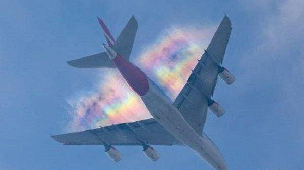 Vệt cầu vồng sặc sỡ bất ngờ xuất hiện sau cánh máy bay ở London