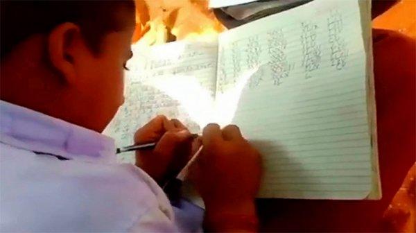Ngôi trường có tất cả học sinh đều viết được bằng 2 tay cùng lúc
