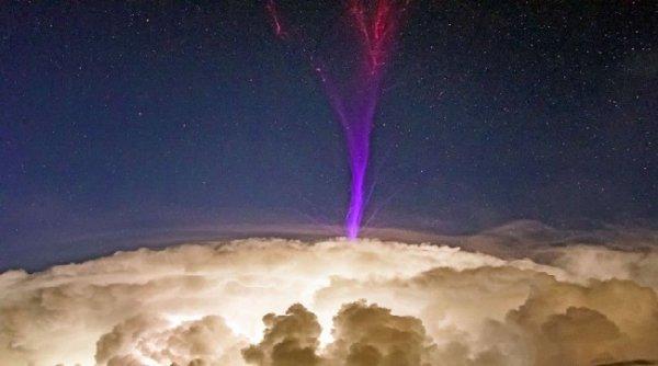 Tia sét màu tím kỳ lạ xuất hiện trên đám mây dông ở Australia