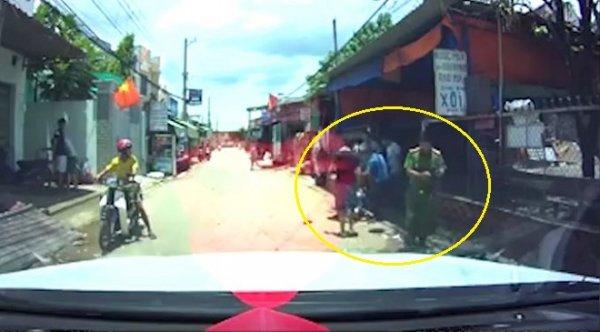 """Clip dân bị đánh, công an """"ngó lơ"""" ở Biên Hòa gây xôn xao dư luận"""