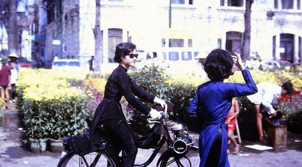 Chùm ảnh màu về phụ nữ Sài Gòn những năm 60, không son phấn mà vẫn rất sành điệu