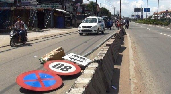 TP HCM: Đang chạy xe, nam thanh niên bị biển báo quất văng xuống đường