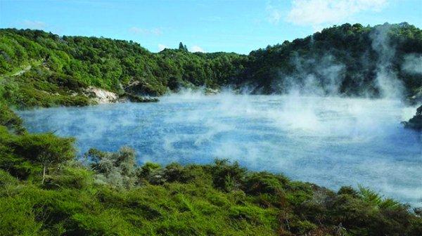 """Hồ """"Chảo chiên"""" kỳ lạ quanh năm sôi sục, bốc khói nghi ngút"""