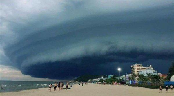 Đám mây đen kịt kỳ lạ 'nuốt chửng' biển Sầm Sơn