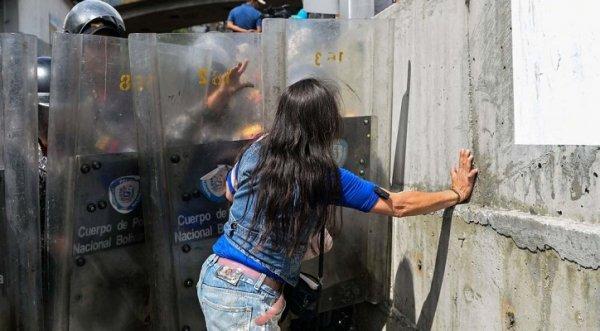 Vệ binh Venezuela bắn chết bà bầu xếp hàng lấy thịt lợn