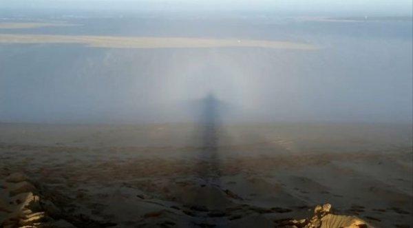 """Nhiếp ảnh gia giật mình thấy """"bóng ma"""" phát sáng đi theo mỗi bước chân"""