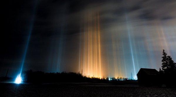 Những cột sáng xuyên thẳng lên trời như UFO đổ bộ Trái Đất