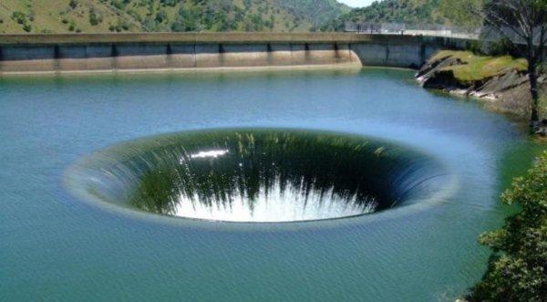 """Xuất hiện """"hố địa ngục"""" hút nước giữa hồ nổi tiếng ở Mỹ"""