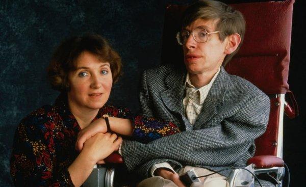 Chuyện tình cảm động của vợ chồng Stephen Hawking và sự hy sinh vô điều kiện của vợ