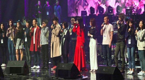 Kim Jong Un vỗ tay theo nhạc khi xem K-pop ở Bình Nhưỡng