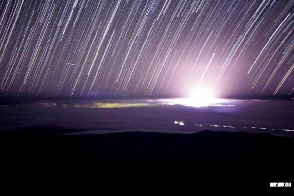 Ánh sáng trắng xanh do phun trào núi lửa Hawaii gây ấn tượng mạnh