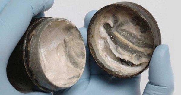 Phát hiện hộp kem dưỡng da 2.000 năm tuổi vẫn còn in những dấu tay cuối cùng