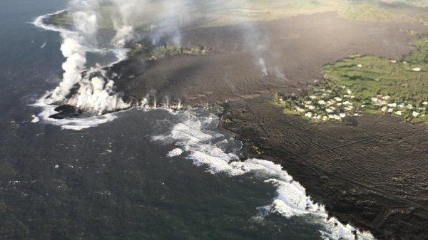 Dung nham phun trào biến vịnh Hawaii thành bán đảo đen