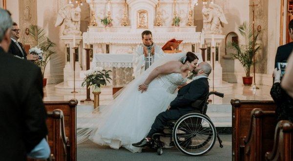 Chú rể bị chứng bại não cảm động rớt nước mắt khi thấy cô dâu trong ngày cưới