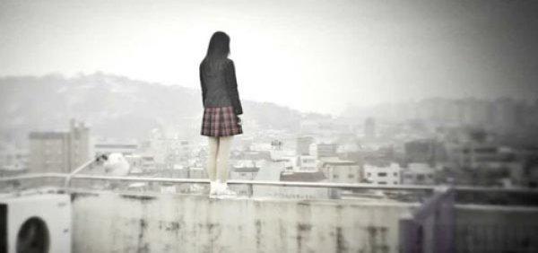 Nữ sinh nhảy lầu, đám đông cổ vũ: Xã hội Trung Quốc vô cảm đến đáng sợ