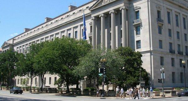 Quan chức Bộ Tư pháp trợ giúp tác giả hồ sơ bẩn chống Trump