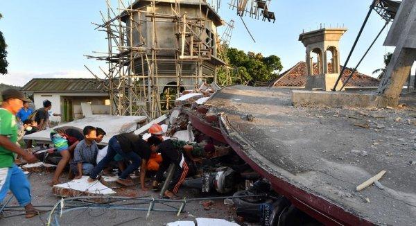 Gần 400 người thiệt mạng trong trận động đất Indonesia