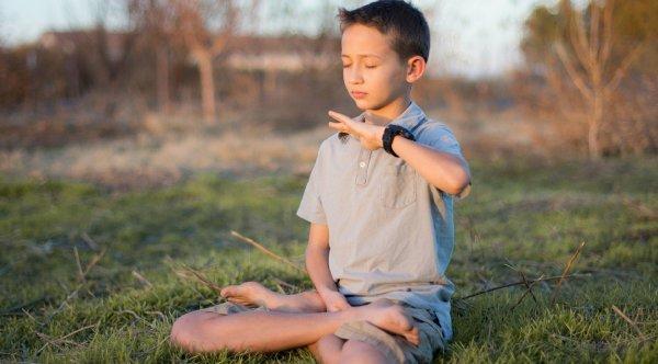 Cậu bé 8 tuổi mắc chứng tự kỷ đã hạnh phúc trở lại nhờ tu luyện Pháp Luân Công