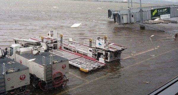 Sân bay Nhật Bản ngập trong biển nước khi cơn bão mạnh nhất trong 25 năm qua đổ bộ