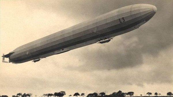 Những khinh khí cầu khổng lồ đáng sợ lướt ngang bầu trời Anh