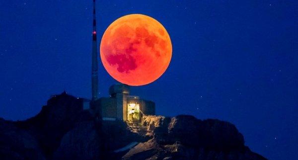 Thiên văn học Ý quay hình được 38 UFO bay qua Mặt Trăng