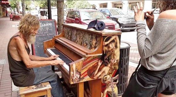Một người vô gia cư đã trở thành nghệ sĩ nhờ vào niềm đam mê bất diệt của mình