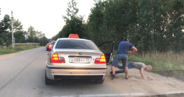 """Nga: Khách vứt chai nước ra đường, tài xế taxi """"vứt"""" luôn khách ra khỏi xe"""