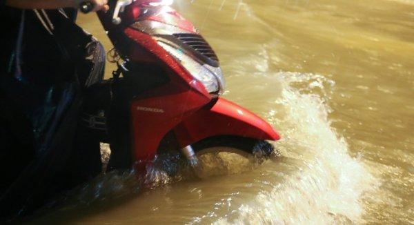 Người Sài Gòn lội nước về nhà lúc nửa đêm sau mưa lớn