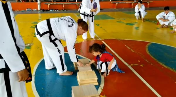 Video: Học Taekwondo không khó, chỉ là…đập vỡ tấm gỗ mỏng bằng chân thôi mà!