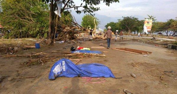 Indonesia phải chôn cất tập thể nạn nhân vụ động đất, sóng thần