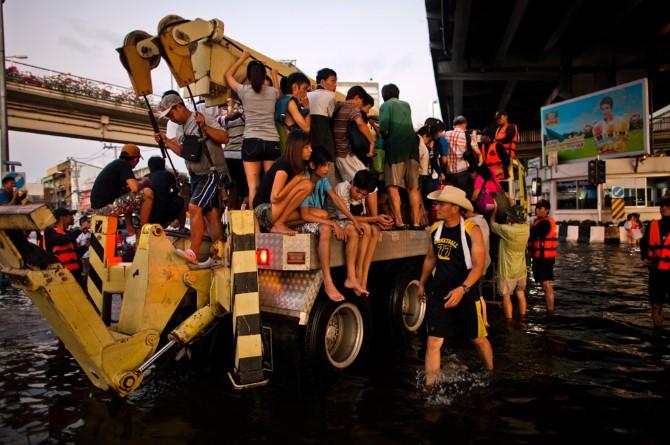Người dân được đưa đi sơ tán khỏi khu vực ngập lụt trên những chiếc xe chuyên dụng, Bangkok