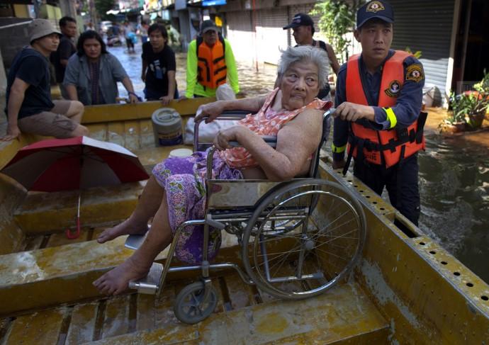 Một cụ già được đưa đi sơ tán ở khu vực gần sông Chao Phraya, 25/10/2011.