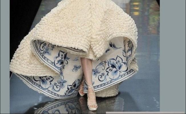 Những mẫu thiết kế thời trang lấy cảm hứng từ bình hoa, đĩa sứ và ấm trà.5