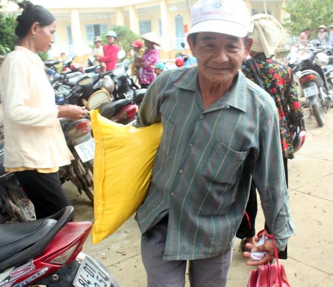 Ông Đào Văn Phúc (60 tuổi) nhận gạo và tiền đầu tiên