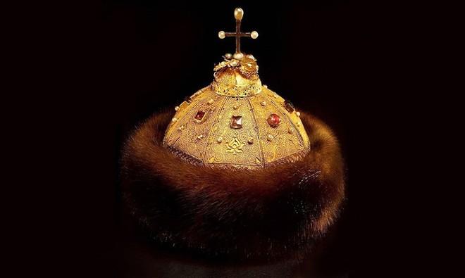 Mũ vàng vua Nguyễn lọt top vương miện quyền lực nhất thế giới.6